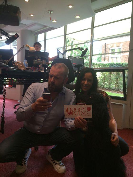 Jeroen Kijk in de Vegte en Nicole Kinsbergen poseren met de DoggyDating sticker, terwijl Jeroen deze al aan het downloaden was op zijn telefoon.