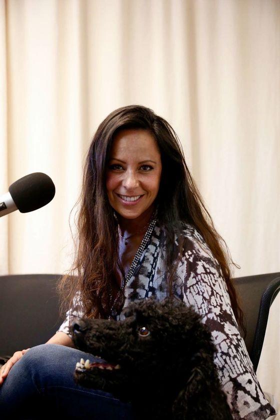 Nicole Kinsbergen, initiatiefneemster en eigenaresse van DoggyDating, legt op radio 6FM in Busness uit hoe je hond een stuk leuker uit kunt laten mbv een app op je telefoon.